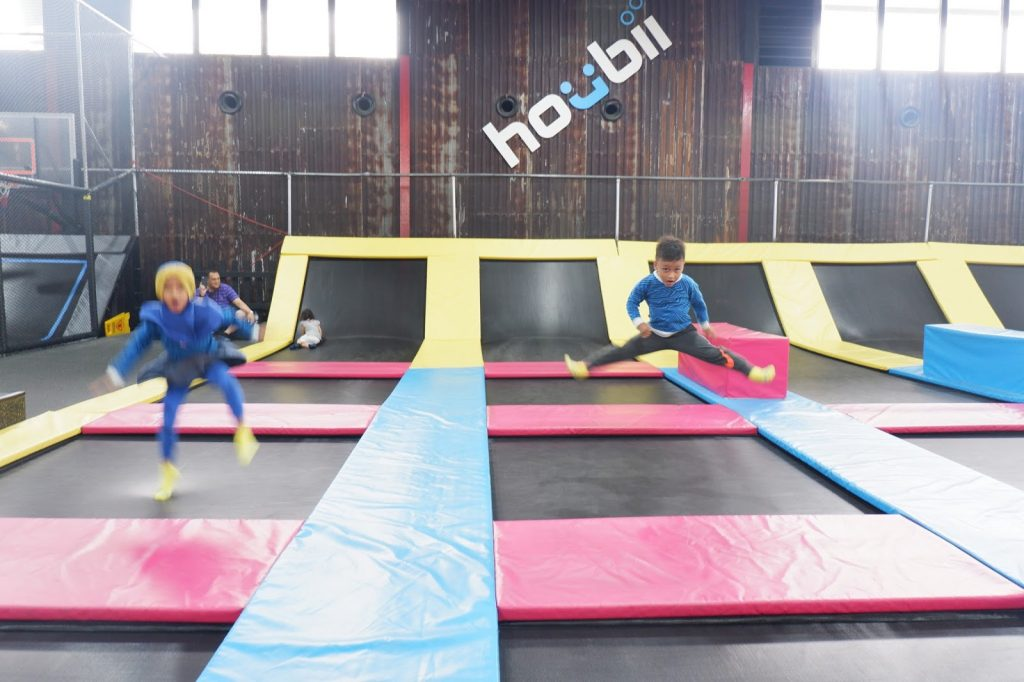 houbii, houbii urban adventure park, harga tiket houbii, tiket masuk houbii, trampolin park, trampolin jakarta, energi berlebih anak, menyalurkan energi anak, tempat bermain jakarta, bermain trampolin